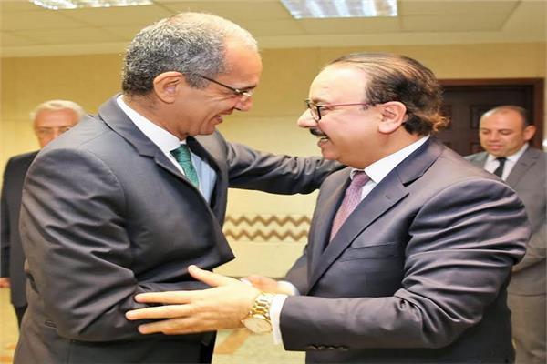 ياسر القاضي ووزير الاتصالات عمرو طلعت