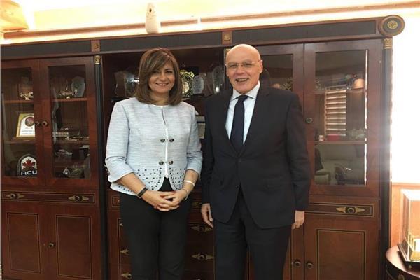 السفيرة نبيلة مكرم تستقبل خبير الإحصاء الحيوي هاني الكاتب