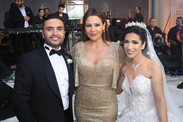 كارول سماحة مع العروسين