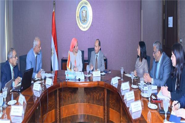 وزيرا الصناعة والبيئة يبحثان تعزيز التعاون المشترك