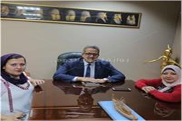 وزير الآثار مع محررتي بوابة أخبار اليوم