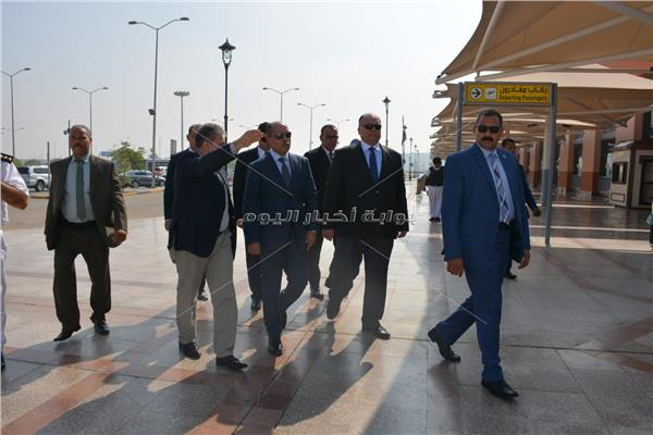 صور  جولات ميداينة لوزير الطيران المدني داخل مطار القاهرة
