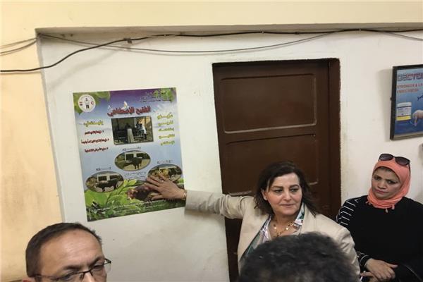 الدكتور منى محرز نائب وزير الزراعة خلال جولتها ببني سويف
