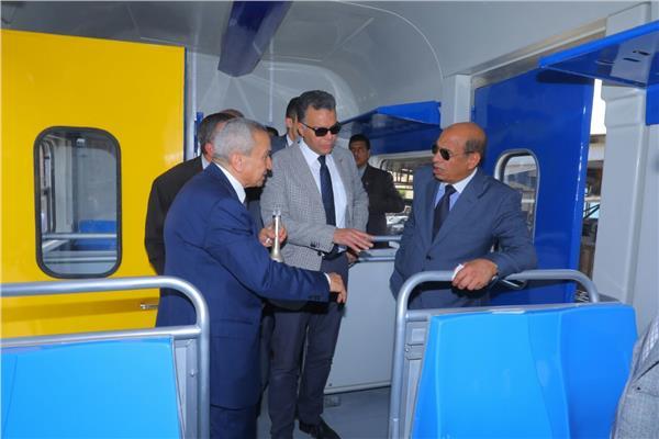 وزير النقل يشهد الانتهاء من تأهيل أول عربة قطار