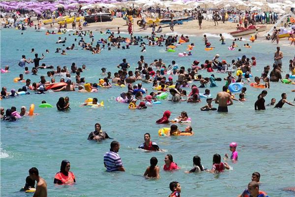 صور| شواطئ الإسكندرية كامل العدد.. والسر«رحلات اليوم الواحد»