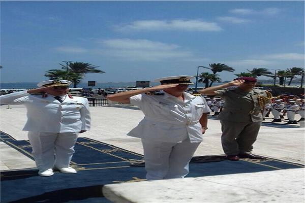 قبطان السفينة والملحق العسكري يأدون التحية أمام منصة الجندي المجهول بالإسكندرية