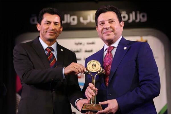 أشرف صبحي يُكرم الفنان هاني شاكر