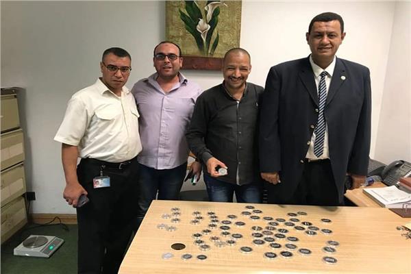 إحباط تهريب قلادات ذهبية وعملات تذكارية بمطار برج العرب