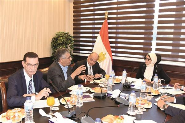 وزيرة الصحة خلال لقائها مع الكاتب الصحفي خالد ميري وعدد من رؤساء التحرير