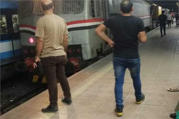 جرار القطار على سكة مترو الأنفاق