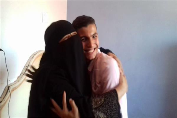 محمد يتلقى التهنئة من والدتة