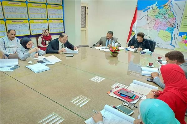 المحافظ خلال الاجتماع