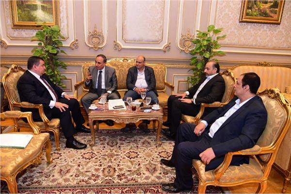 وفد من نقابة الصحفيين يلتقي باسامة هيكل لمناقشة قانون الصحافة الجديد