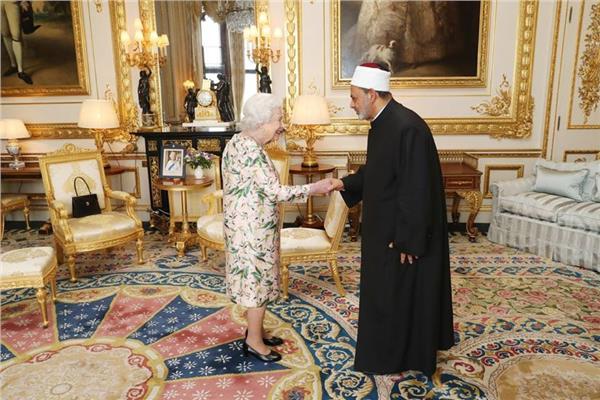 جلسة مباحثات ثنائية بين شيخ الأزهر والملكة إليزابيث الثانية