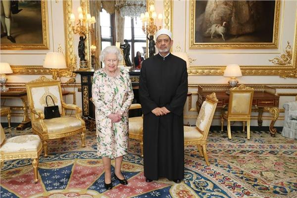 الإمام الأكبر أحمد الطيب والملكة إليزابيث خلالها لقائهما اليوم في قلعة وندسور