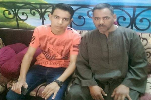 عمرو محمد الأول مكرر على الثانوية العامة بجوار والده