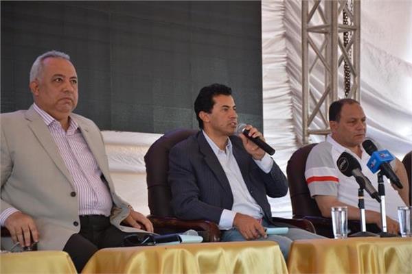أشرف صبحي يلتقي مجموعة من شباب الشرقية ومستثمري العاشر من رمضان