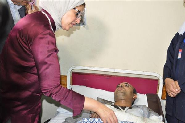 صورة لتفقد وزيرة الصحة لمصابي حادث البدرشين