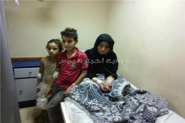 الطفلة مع والدتها وشقيقها