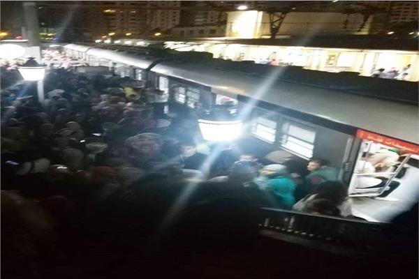 تكدس المواطنين على رصيف المترو