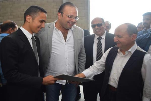 وزير التجارة والصناعة خلال جولة ميدانية بمجمع الصناعات الصغيرة بمدينة السادات