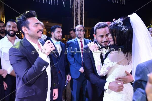 صور  تامر حسني يُغني لـ«مصطفى وزينة» في زفافهما