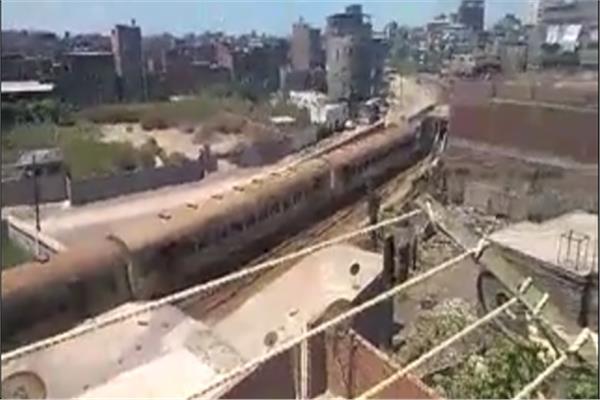 القطار الذي انزلقت احدي عجلات عرباته عن القضبان