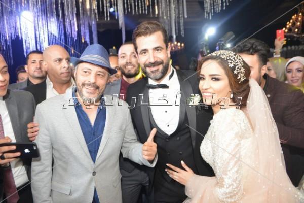 عمرو عبد الجليل مع العروسين
