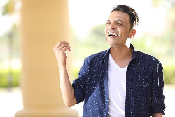 طارق الشيخ أثناء تصوير أغنية صاحبك الصالح
