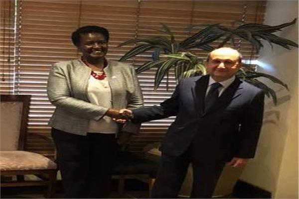 وزير التجارة والصناعة خلال لقائه نظيرته في أوغندا