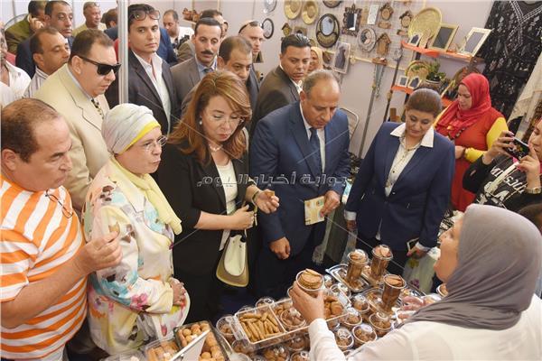 وزيرة التضامن ومحافظ الإسكندرية خلال افتتاح المعرض