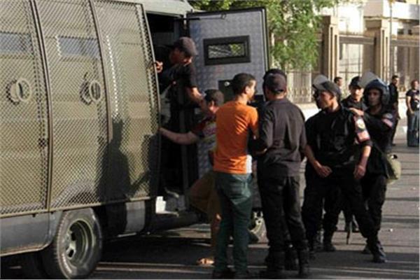 حبس 3 عاطلين بتهمة سرقة حقيبة سيدة في مدينة نصر