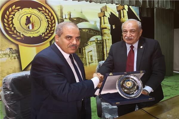 معهد إعداد القادة بحلوان يكرم رئيس جامعة الأزهر