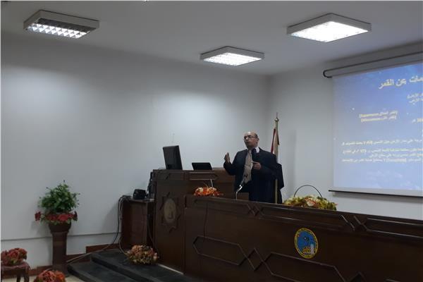 د. ياسر عبد الفتاح خلال ورشة العمل حول خسوف القمر