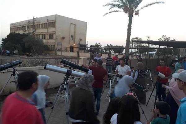 صورة للمواطنين وهم يشاهدون خسوف القمر
