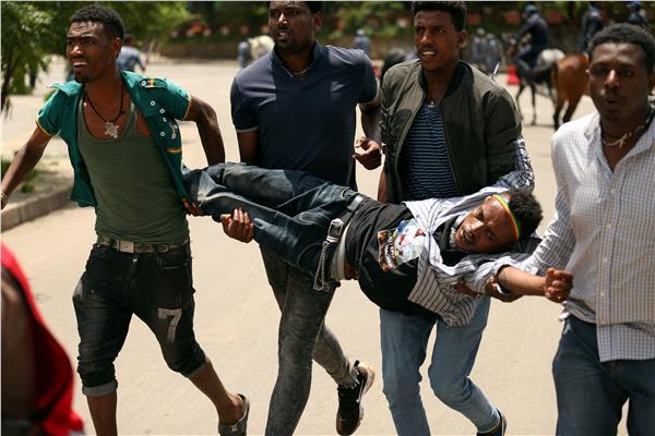 جنازة مدير سد النهضة تتحول لاشتباكات بين محتجين والشرطة - صور من رويترز