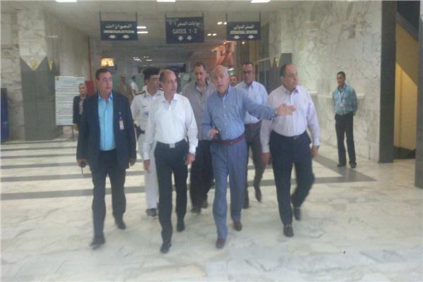 وزير الطيران المدنى يتفقد مطار أسوان الدولى