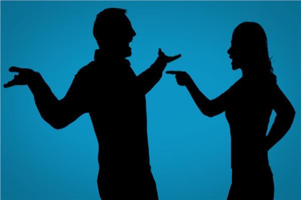 مصرية تغضب زوجها في البيت وتعتذر له بميدان عام
