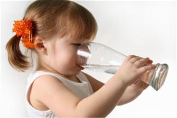 أسباب كثرة شرب الماء عند الأطفال