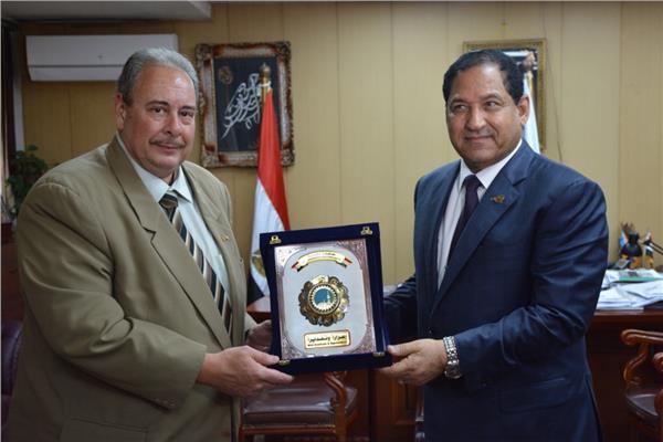 سفير دولة رومانيا بالقاهرة يقدم دعوة رسمية لمحافظ الغربية لزيارة دولة رومانيا