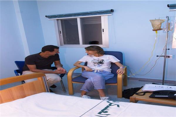 أسماء الأسد تتلقى العلاج في أحد المستشفيات العسكرية بدمشق، وبجوارها الرئيس بشار الأسد