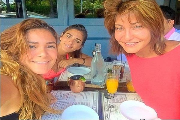 الفنانة علا غانم مع بناتها