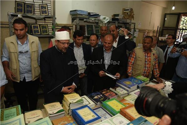 وزيرا الأوقاف والشباب والرياضة ومحافظ الإسكندرية خلال افتتاح معرض الكتاب