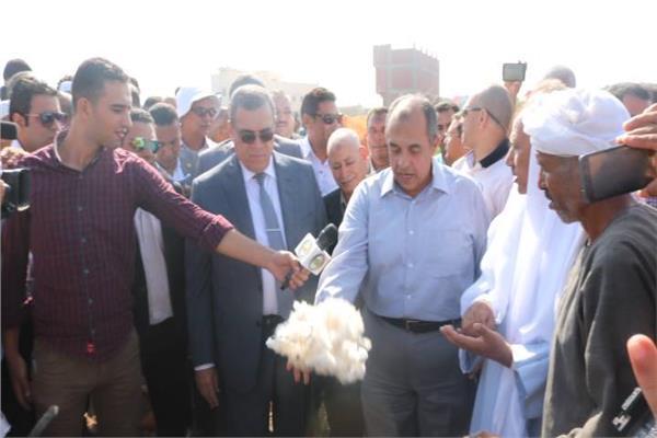 وزير الزراعة ومحافظ الفيوم يفتتحان موسم جنى القطن