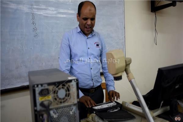 حكايات| علي الغندور.. أستاذ جامعي «كفيف» بعيون تكنولوجية