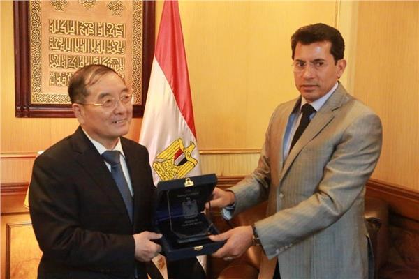 وزير الرياضة يلتقي سفير الصين بالقاهرة