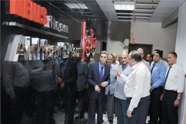 رزق وجلال وميري يتفقدون صالة تحرير «أخبار اليوم» الجديدة