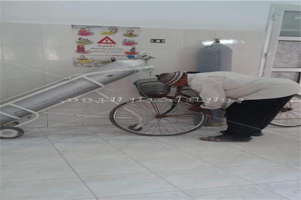 أكسجين بدلا من «المنفاخ» لتزويد إطار دراجة بأحد المستشفيات