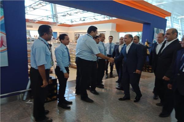 وزير الطيران المدني خلال تفقده مطار الغردقة