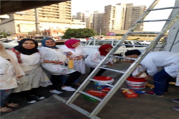 120 من طلاب نوعية عين شمس   يجملون كوبري العباسية وسور مترو الأنفاق